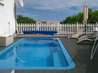 Chambre lit double avec balcon, piscine au sel,quartier calme, vue mer