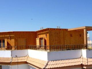 Holzhaus auf dem Dach mit Terrasse, Meerblick, Pool, 200m zum Strand, free Wifi