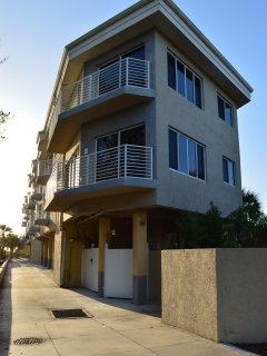 Beach side Townhouse condo with views of Gulf. Steps to the beach! Discount thro