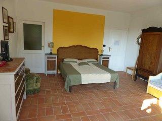 B&B Il Vecchio Pero a 500 mt da Colle Don Bosco: grande stanza per famiglie, Castelnuovo Don Bosco