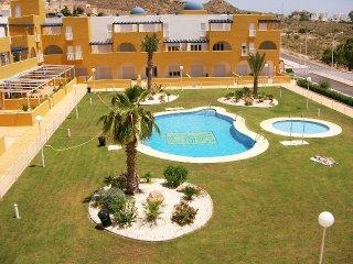 Apartamentos modernos totalmente equipados con piscina y aire acondicionado.