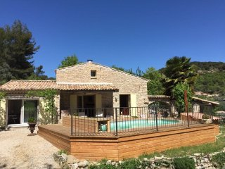 Bastide en pierres, piscine, spa dans le Luberon