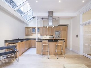 4BR mews home in the centre of exclusive South Kensington