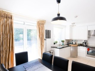 Spacious 6 bedroom family home in exclusive Hyde Park