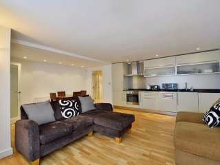 Beautiful Bayswater 2 bedroom apartment in stucco building