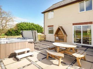 FOXES MEADOW, patio garden with hot tub, countryside views, Llandrindod Wells, R