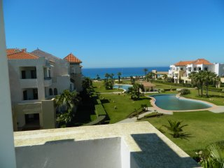 ideal family apartment 3 double bedrooms, beach, + pool ocean view. Free parking