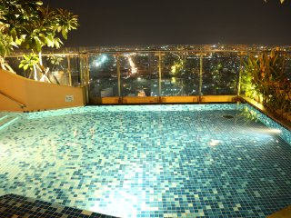 7> Luxury 1BR Apt with Balcony & Rooftop Pool☀️