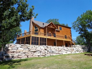 Luxury Lakefront Log Chalet-Boatslips~Two Luxury Pools~Private Hot Tub!, Lampe