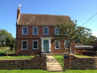 Stunning Georgian farmhouse, 100sqm+ kitchen/breakfast/family room, sleeps 10-12, Swallowfield