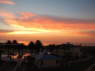 WHAT A VIEW! OVERLOOKING LAZY RIVER POOL, BEACH, LG PATIO, FAMILY FRIENDLY, Galveston
