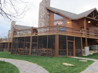 Luxury Lakefront Log Chalet~POOL~SLIP~50ft to Lake, Lampe