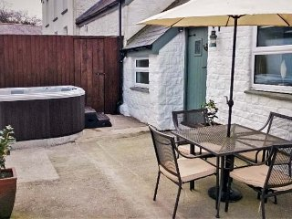 THE BARN AT WAUNLIPPA, barn conversion, ground floor, hot tub, near Narberth