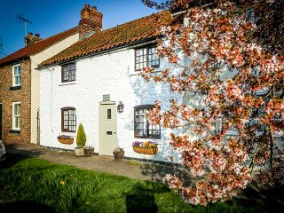 CLARA'S COTTAGE, Grade II listed, woodburner, whirlpool bath, off road parking,