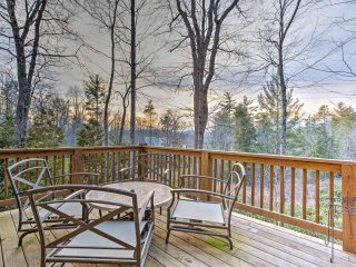 NEW! 2BR Highlands Cabin w/ Spacious Deck!
