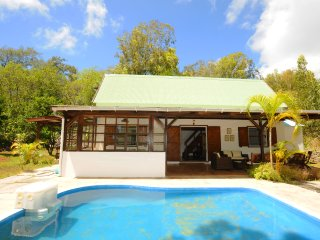 The Cottage, a wooden house with pool, very cozy, only 5 min by car to the beach