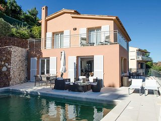 SPLENDID 4 BEDROOM VILLA WITH PANORAMIC VIEW OF THE BAY OF THEOULE-SUR-MER.