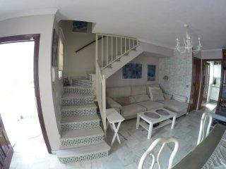Salon luminos con aire-chimenea y sofa-cama