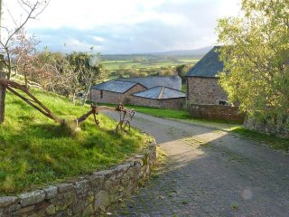 THE STABLES, romantic retreat, WiFi, superb views in beautiful countryside in