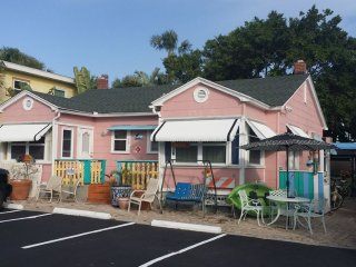 Pink Dolphin Cottage 100 Steps to the Beach Sleeps 7, Pets Okay