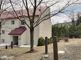 Cozy condo near the slopes w/ a shared pool, modern comforts, and more!