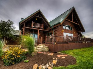 Luxury Log Cabin near Amish Country and Ohio Wineries, West Lafayette