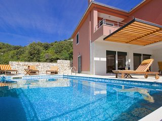 Luxury villa with pool, 20 meters from  sea