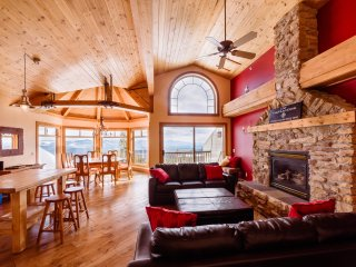 SLEEPS 19 Highlander B -3 Bedroom+Den+Loft+Sauna+Pool Table and Hot Tub
