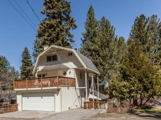 Eagle Lodge- 3.5 Story , 2nd floor deck, loft playroom, lake swim pass included!