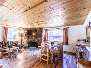 Eagle Cabin- Single story, log furniture, forest & stream views, lake swim pass!