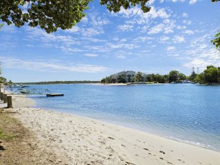 Noosa Paradise Villa | SUNNY OUTDOOR POOL | LARGE GRASSY YARD | by Getastay, Noosaville