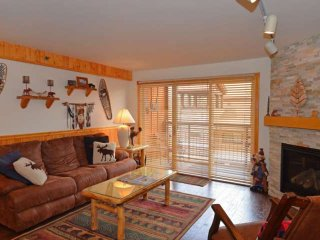 Crestwood slope side condo with outdoor pool & hot tub and close to summer, Snowmass Village