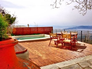 Traditional stone house with outdoor jacuzzi and amazing view., Agios Georgios Nilias
