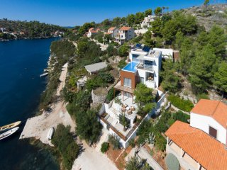 Beach front luxury holiday villa for rent with pool, Brac West
