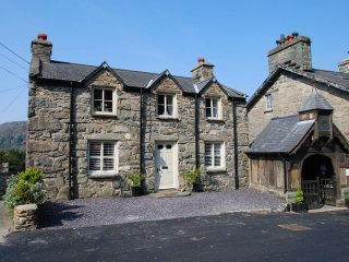"Hilltop Cottage - ""A pretty cottage in a picture postcard village!"", Maentwrog"