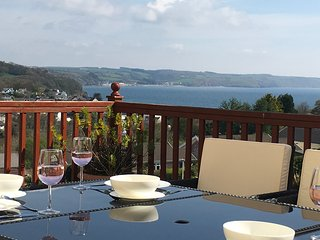 Saundersfoot luxury property: great location with sea views, hot tub, Sky TV