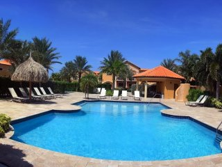 LAMAN BRISAS 2 BED/3 BATH GOLD COAST VILLAS - CLOSE TO ARASHI BEACH & HI RISES!, Noord