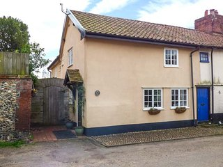 FLINTSIDE COTTAGE, electric fire, village location in New Buckenham, Ref 957834