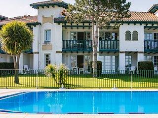 Très bel appartement en rez de jardin devant piscine et vue sur la mer, Urrugne