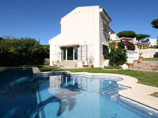 Large Family house, walking distance to the beach, flat garden, huge pool...
