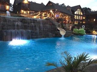 Luxury Lakefront VillaMiniGolfLazy River-Huge Pool/Waterpark & More~2mi to Sdc