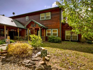 The Bear's Den, Luxurious Cabin/Condo is just a short walk to the Toccoa River