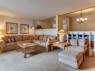 Ski-in/Ski-out w/ shared pool & hot tub, walk to Dollar Mtn & Sun Valley Village