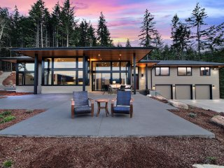 'Pahto's Retreat' Luxe White Salmon Home w/Hot Tub