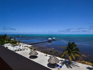 AMAZING TOP-FLOOR OCEANFRONT VIEWS! 3 BR / 2 BA Condo - Hol Chan Reef Resort