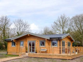 THE LODGE, detached lodge, private hot tub, lawned garden, WiFi, in Treuddyn
