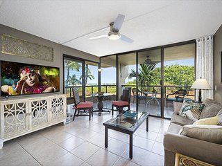 REMODELED IN 2017! OCEAN VIEW, Huge Lanai, WALK TO TOWN! Elevator, AC!!, Kailua-Kona