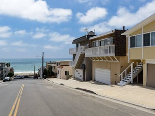 1/2 Block to the BEACH! Bright & Spacious!