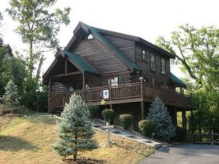 Horse'n Around 3 Master Suites Log Cabin 1/2 Mile from Parkway!