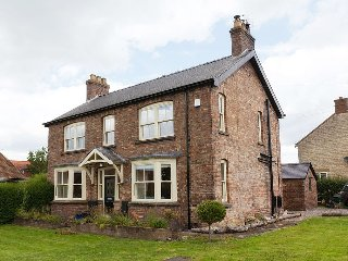 Farmhouse With Large Sunny Garden, Log Burning Stoves & Plenty Of Space To Relax